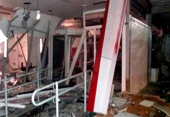 Bandidos explodiram os caixas eletrônicos do Banco Santander na Avenida  Vicente de Carvalho, na Vila da Penha - Uanderson Fernandes / Agência O  Globo