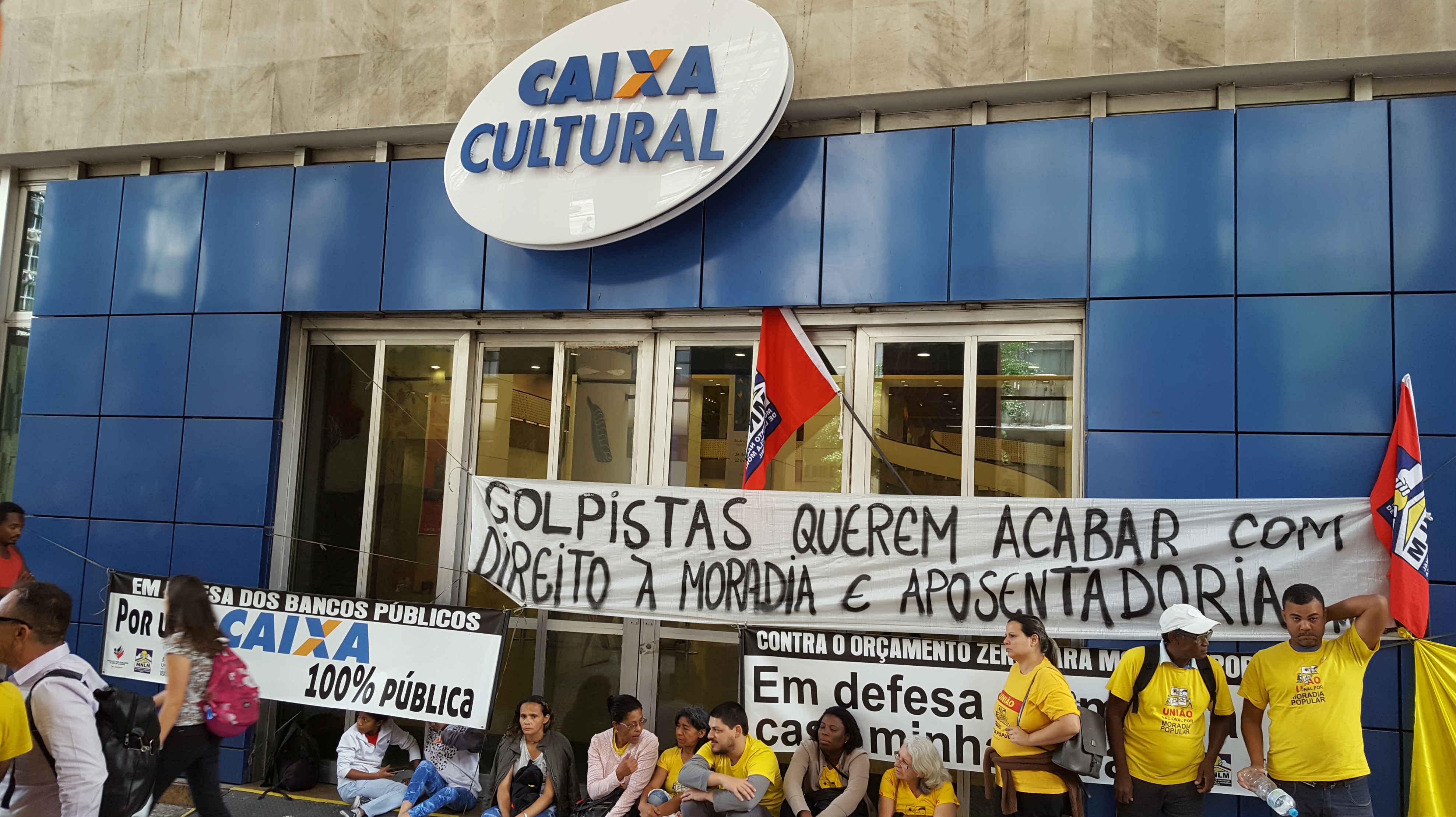 servidores-protestam-na-entrada-da-caixa-cultural-da-avenida-almirante-b[1]